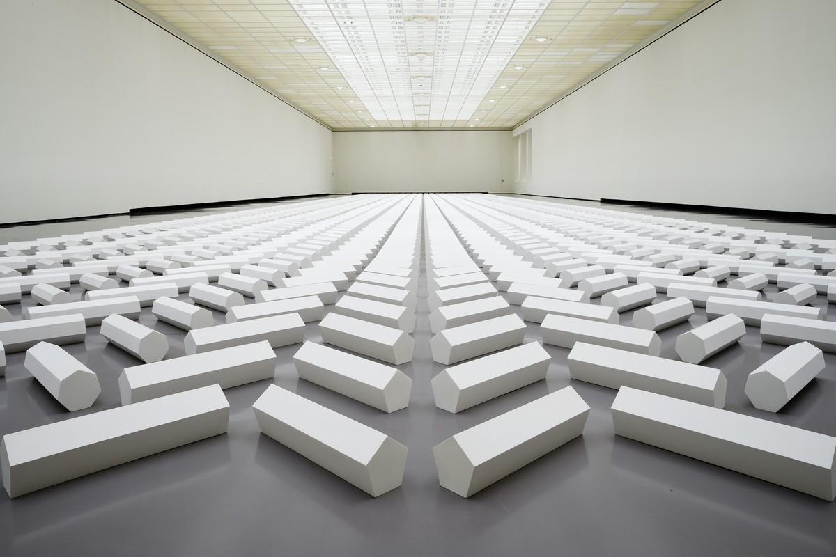 THE 2000 SCULPTURE – Installation géante de Walter De Maria